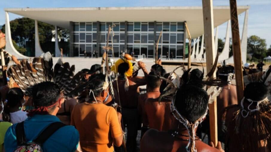 Indígenas manifestando em frente ao STF