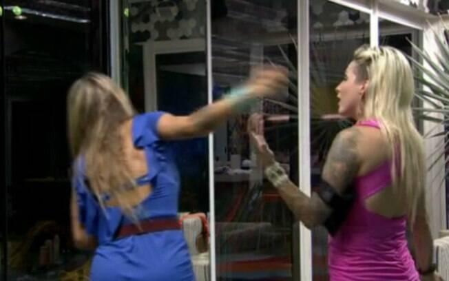 Clara e Vanessa brigam durante a Festa Brasileira, mas depois se reconciliam com beijo