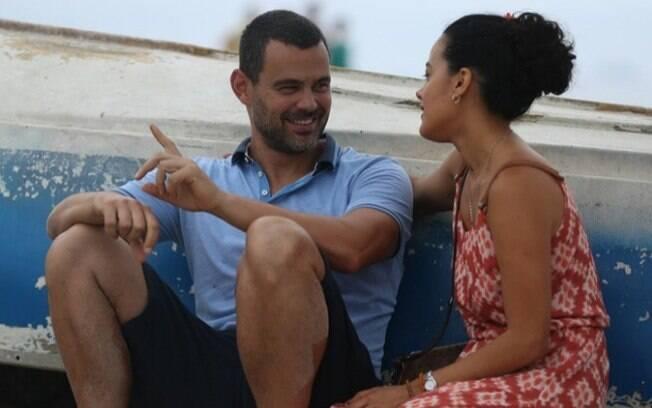 Carmo Dalla Vecchia (César) e Maeve Jinkings gravam cena na praia na quinta-feira (11)