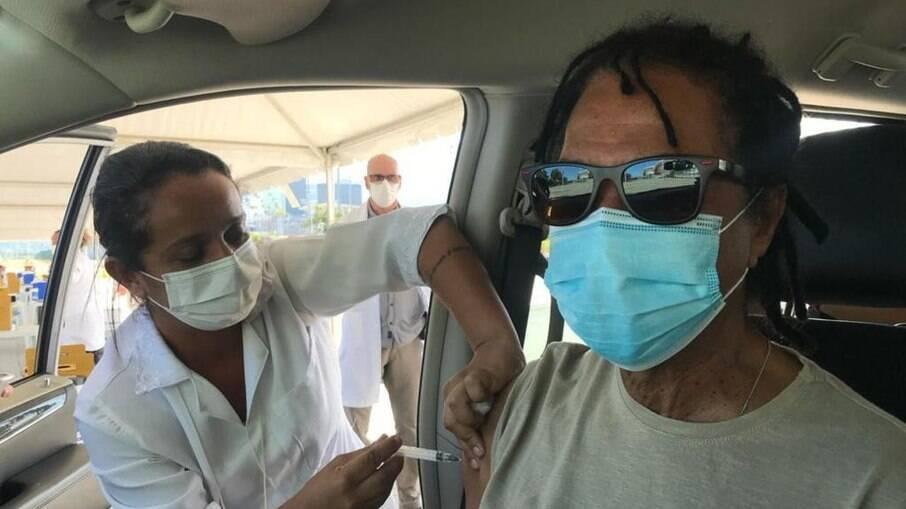 Djavan toma vacina contra a Covid-19
