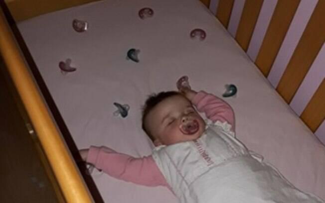 Laura espalhou chupetas pelo berço de Amelia, de 11 meses, para ajudar o bebê a dormir melhor durante a noite