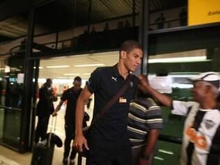 Léo Silva desembarcou para curtir folga nesta segunda, mas prega muito trabalho no Galo
