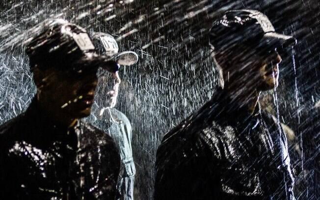 Noite fria de treinamento, sob chuva. Note que cada aluno é designado por número, não para diminuí-lo, mas para deixar claro que todos são iguais no curso, ninguém é  melhor ou pior