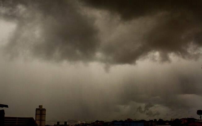 Nuvens carregadas na Vila Gustavo, zona norte de São Paulo, na tarde desta quarta-feira (24)