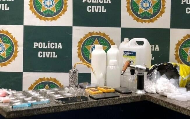 Além da droga, foram apreendidos equipamentos utilizados na produção e comercialização dos produtos