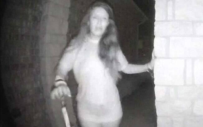 A mulher que tocou a campainha não teve o nome divulgado porque, segundo a polícia, é uma vítima de violência doméstica