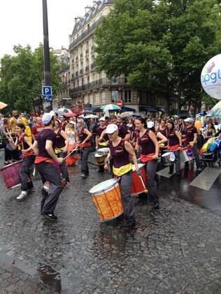 Ala de batuqueiros na Parada Gay de Paris