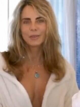 Bruna Lombardi mostra banho em campanha