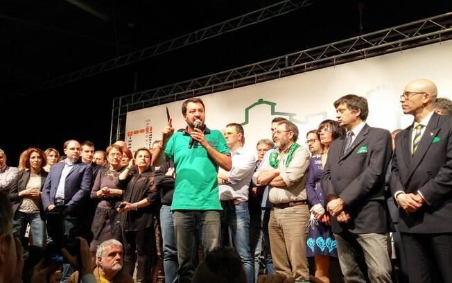 Matteo Salvini, ao centro, declarou apoio a Bolsonaro