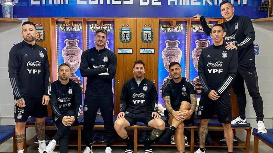 Jogadores argentinos posam para foto no vestiário e relembram conquista da Copa América sobre o Brasil