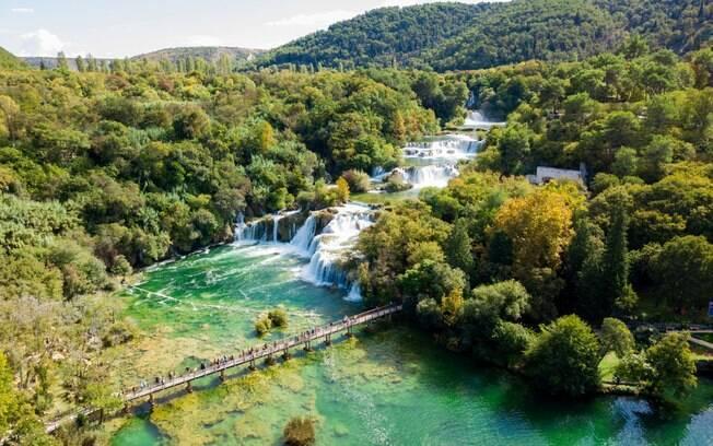 Em se tratando de passeios em um roteiro de turismo na Croácia, um parque indicado para passear - e até para dar um mergulho - é o Parque Nacional de Krka, situado às margens do rio de mesmo nome, que conta com elementos culturais