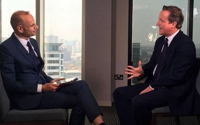 Evan Davis entrevista o primeiro-ministro britânico David Cameron para o programa 'Newsnight', da BBC.
