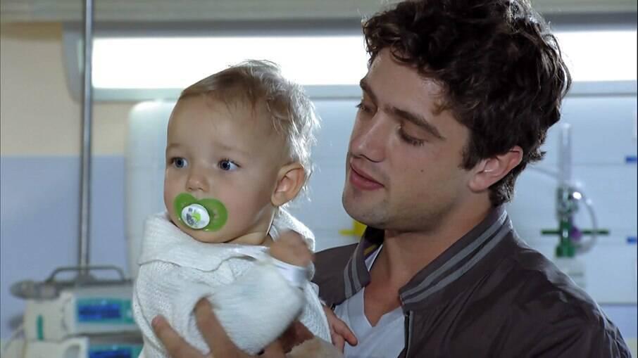 Rodrigo assume os cuidados de Júlia