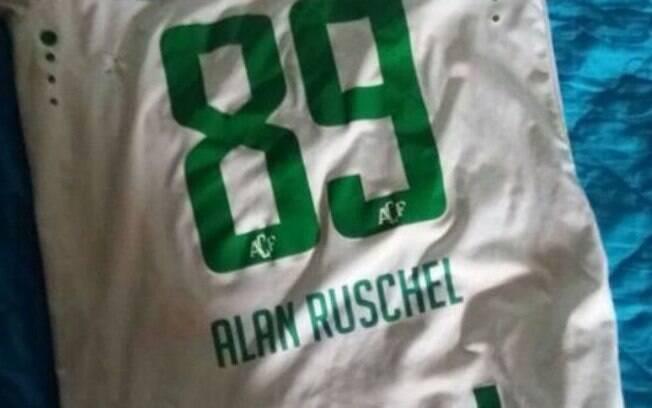 Camisa do sobrivente Alan Ruschel foi encontrada nos destroços do avião