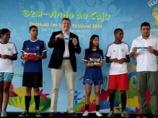 Valcke participa de evento social no Bairro do Caju, no Rio de Janeiro