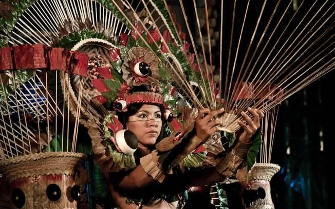 As candidatas à rainha da Festa do Guaraná são julgadas pela beleza, o traje e a apresentação