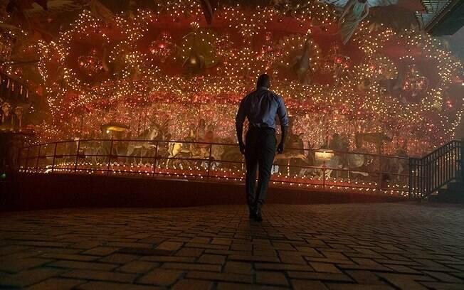 Ricky Whittle em cena da segunda temporada de American Gods