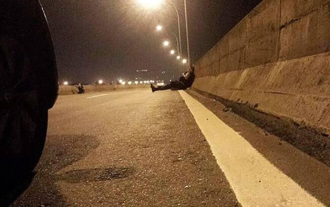 PMs da UPP local se abrigaram na mureta da pista da Linha Vermelha, na altura do Caju