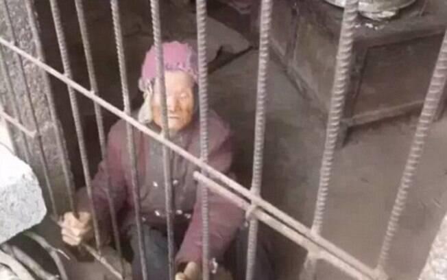 Senhora foi encontrada em condições precárias dentro de jaula de 10 metros quadrados sem cama ou saneamento básico