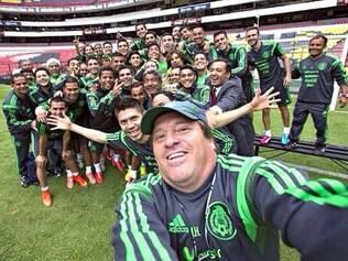 Técnico do México, Miguel Herrera, postou selfie com o time e disse que meta é ganhar a Copa