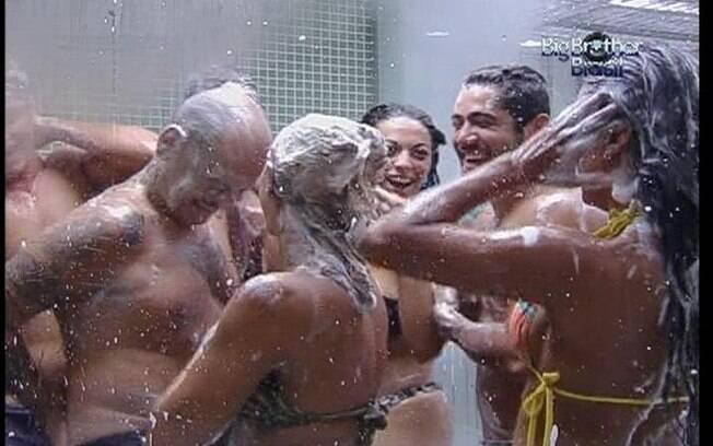 Confinados dão boas gargalhadas durante o banho