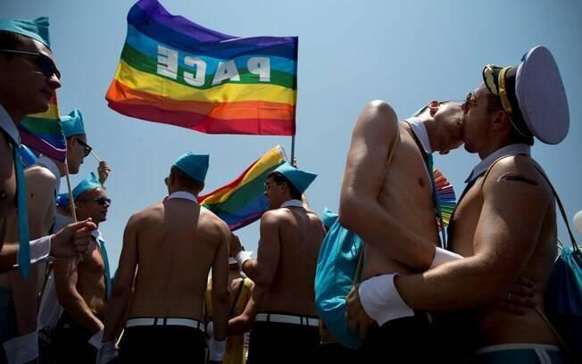 Cenas de namoro marcaram todo o percurso da Parada Gay de Tel Aviv