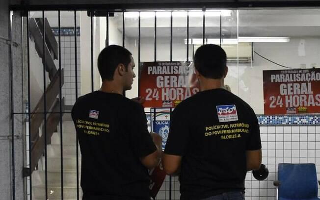 Funcionários da Central de Plantões da Capital em greve em Pernambuco; decisão do STF veta direito de greve
