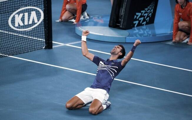 Djokovic se joga em quadra após derrotar Rafael Nadal