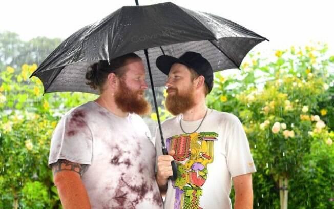 Os amigos dividiram até um guarda-chuva de forma romântica para o ensaio. Aw, que gracinha!