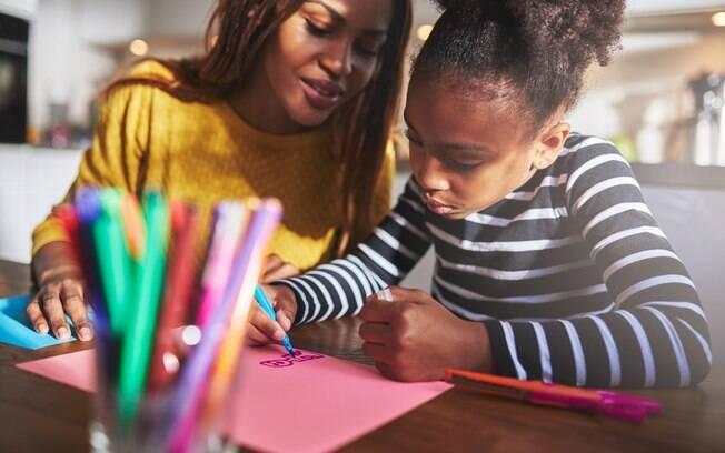 Escrever e desenhar são atividades livres que estimulam a memória e a criatividade das crianças