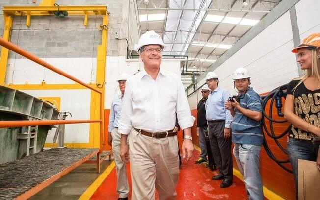 O governador paulista caminha na fábrica que constrói peças para serem usadas nas obras