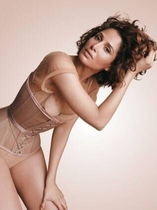 Camila Pitanga incorpora Marylin Monroe ao cantar