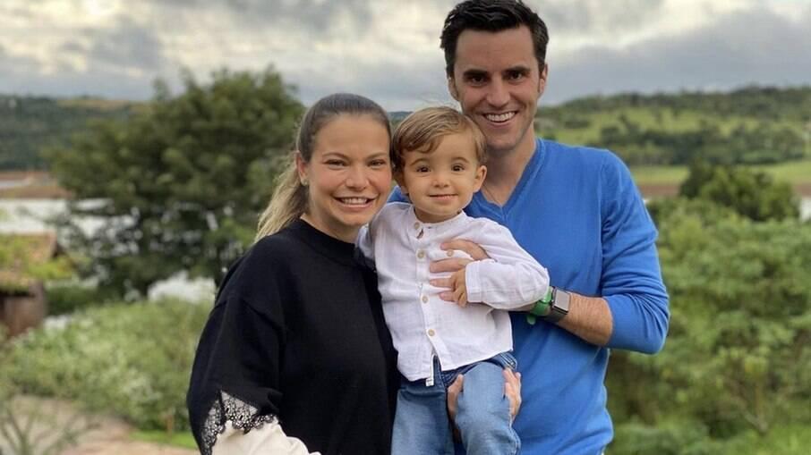 Milena Toscano posa com o marido e o filho
