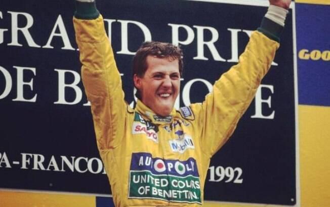 Michael Schumacher no pódio após vencer um GP de Fórmula 1 pela primeira vez, há 25 anos
