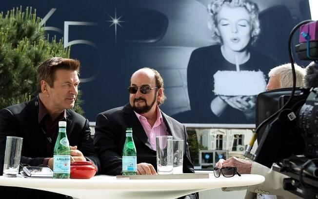 James Toback (óculos escuro) e Alec Baldwin  em cena do filme