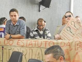 Sob o olhar do presidente da Funarbe exonerado, Dannier, Pãozinho (à dir.) não se pronunciou
