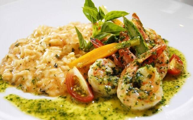 foto de um prato de risoto de camarão
