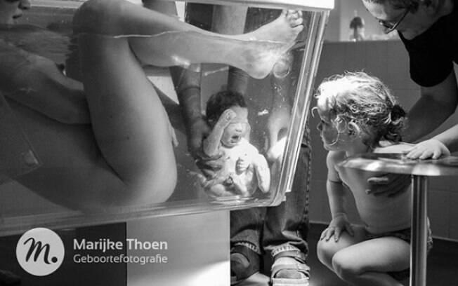 Profissional responsável pela foto já havia ficado conhecida mundialmente após capturar nascimento da irmã do bebê acima