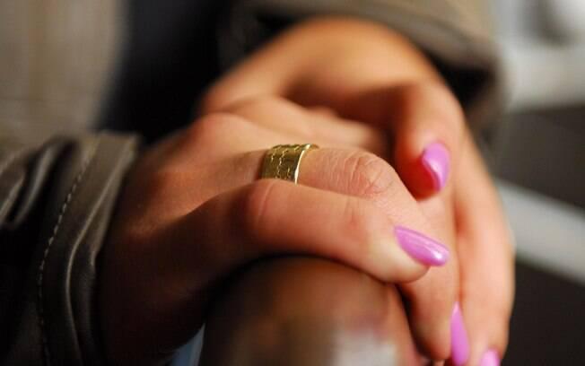 Detalhe do anel de ouro e brilhantes: presente de Olin ao pedir Jessica em namoro