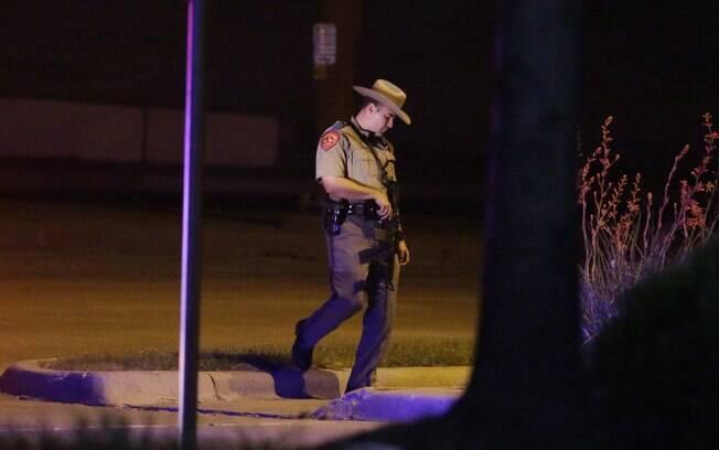 Polícia do Texas faz ronda em estacionamento perto do Centro Culwell Curtis, onde atiradores foram mortos (3/05)