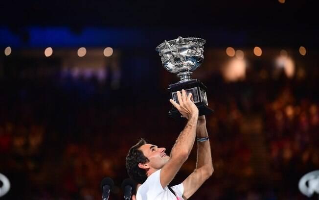 Roger Federer levanta o troféu no Aberto da Austrália