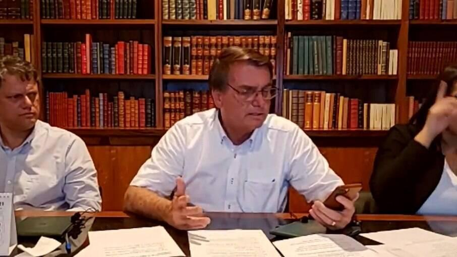 O ministro da Infraestrutura, Tarcísio Freitas, o presidente Jair Bolsonaro (sem partido) e interprete de libras