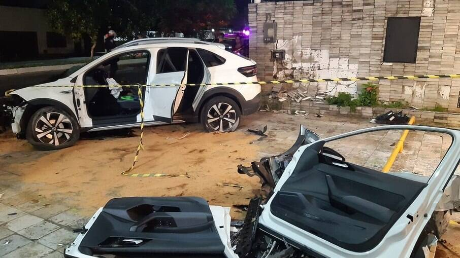 Automóvel se choca contra muro de residência e duas lojas
