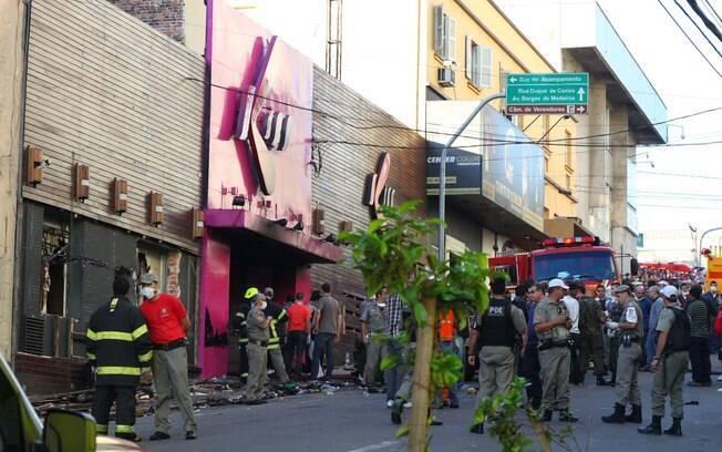 Fogo em boate deixou centenas de mortos e feridos na madrugada de domingo; famílias buscam informações