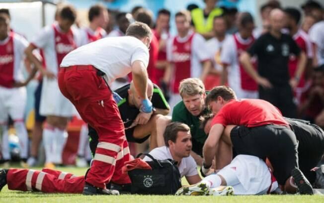 Médicos tentam reanimar Abdelhak Nouri, jogador do Ajax que sofreu uma parada cardíaca durante jogo amistoso