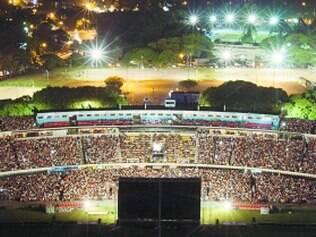 """Fenômeno. Estádio Centenário, em Montevidéu, lotado durante o lançamento de """"Maracaná"""", documentário sobre o Macaranazo"""