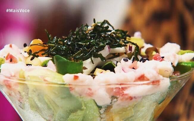 Ceviche de Atum e Salada Verde com Frutas e Croutons ao Molho de Iogurte