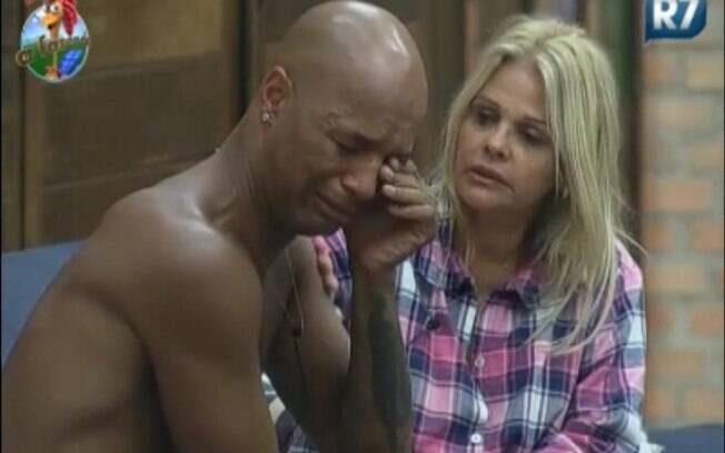 Dinei chora para Monique Evans: