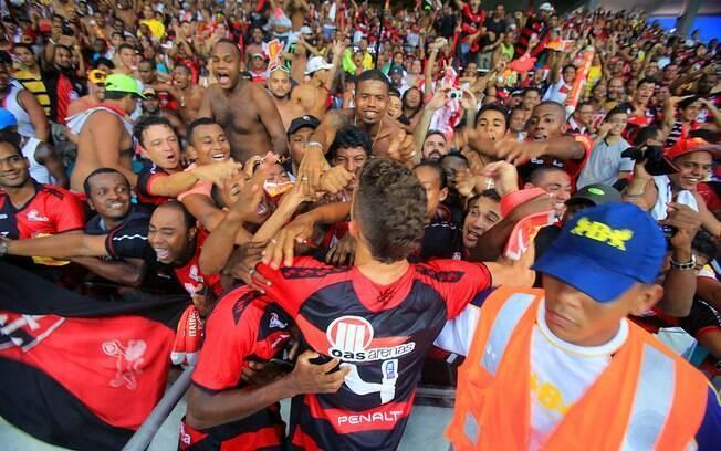 Jogadores do Vitória comemoraram a goleada  junto aos torcedores do time