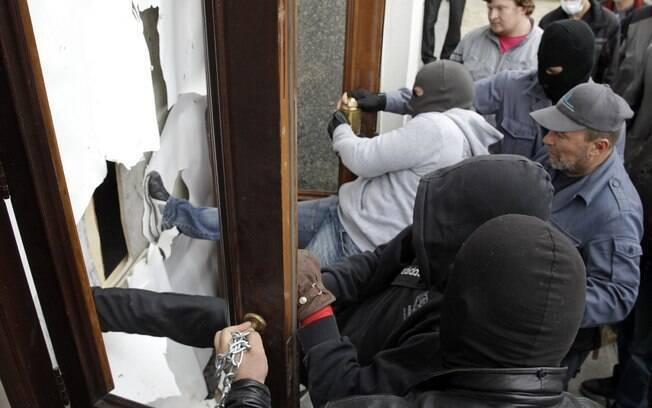 Manifestantes invadem prédio do governo regional no leste da Ucrânia